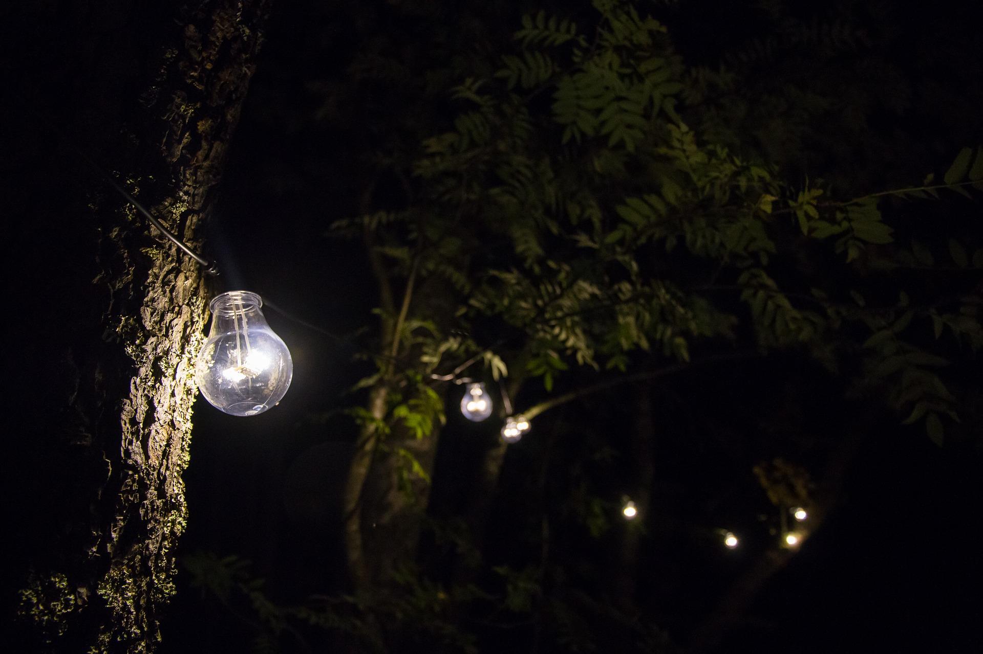 Fotografía de una calle iluminada de noche